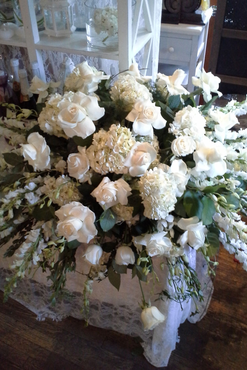 arrangement-white-roses-hydrangea-lace-greenery