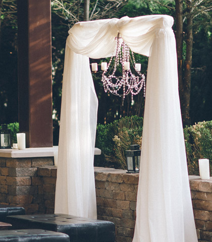 event decor chandeliere white arch